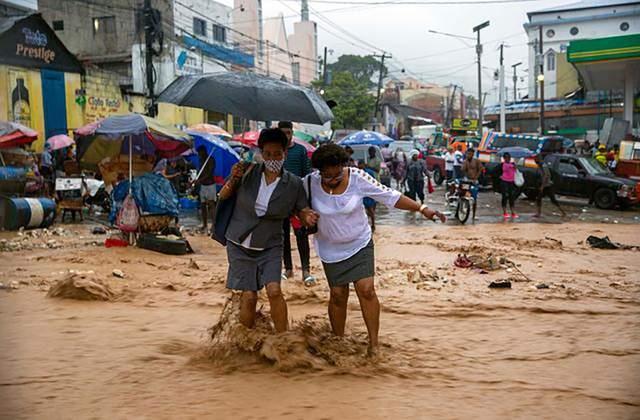 Руйнівний шторм Лаура та ураган Марко наробили лиха на Карибах: є загиблі – відео