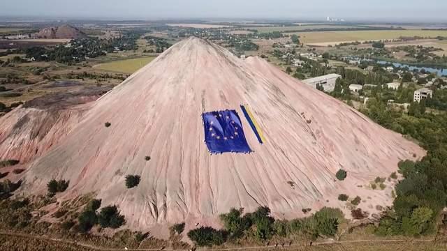 Прапори України та ЄС на териконі: на Донбасі гірники по-особливому відзначили День Незалежності