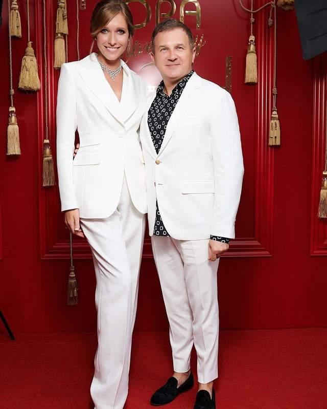 В белом костюме: Катя Осадчая показала безупречный образ на фото с Юрием Горбуновым