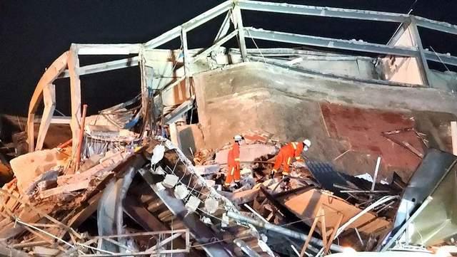 Трагедия в Китае: рухнул отель с туристами, много людей погибло – фото