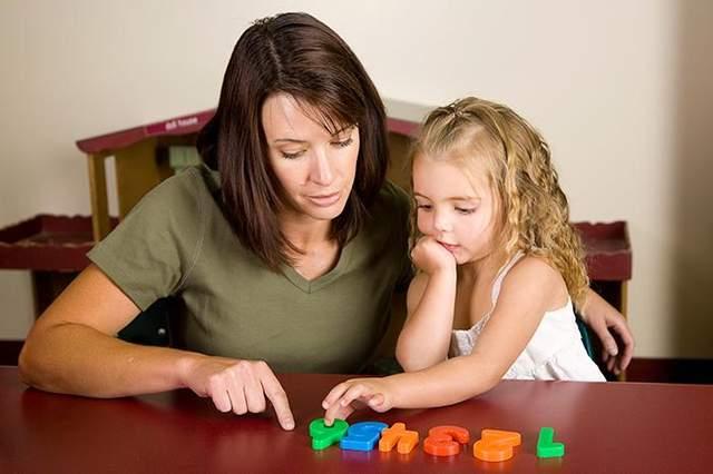 Наставник спілкується з дитиною