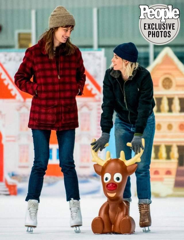 Кристен Стюарт снимается в рождественской комедии: первые фото очаровали сеть