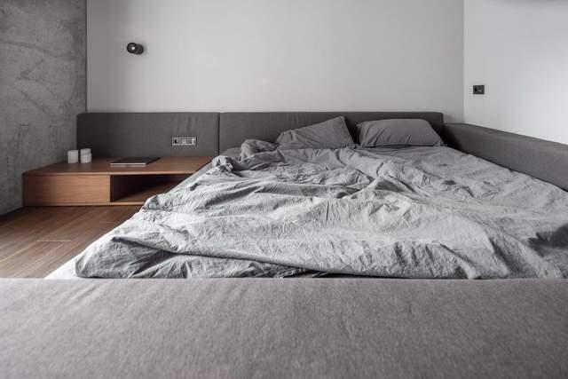 Ліжко у кімнаті займає чимало місця / Фото The Village