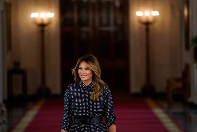 В черном платье со стильным принтом: Мелания Трамп продемонстрировала безупречный образ – фото