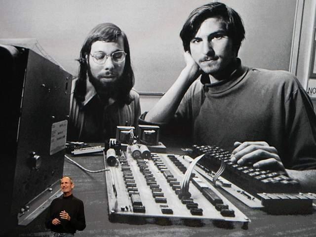 Стів Джобс на презентації показує фото із Стівом Возняк після спільного заснування компанії