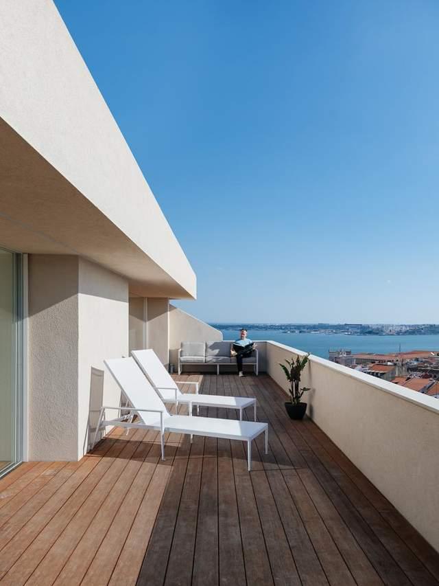 Ничего лишнего: минималистический интерьер квартиры с открытым бассейном – фото