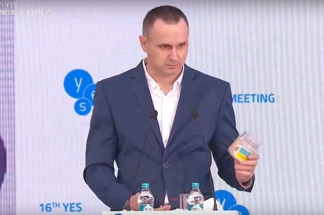 Сенцов признался, что банка, которую подарил Зеленскому, была с портретом Порошенко