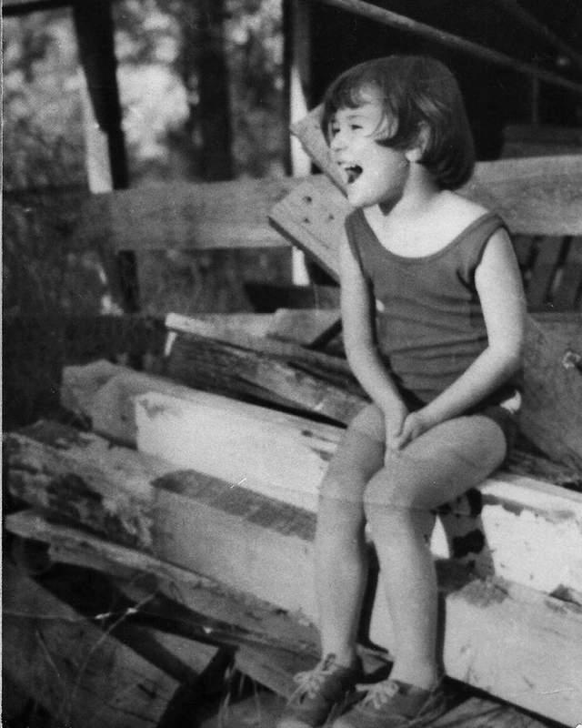 Актриса Деми Мур показала свое детское фото: милый снимок очаровал сеть