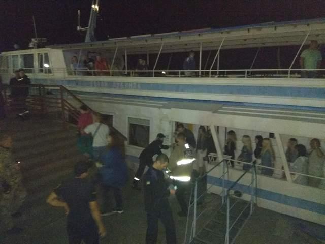 На Дніпрі через поломку двигуна зупинився теплохід з 77 пасажирами