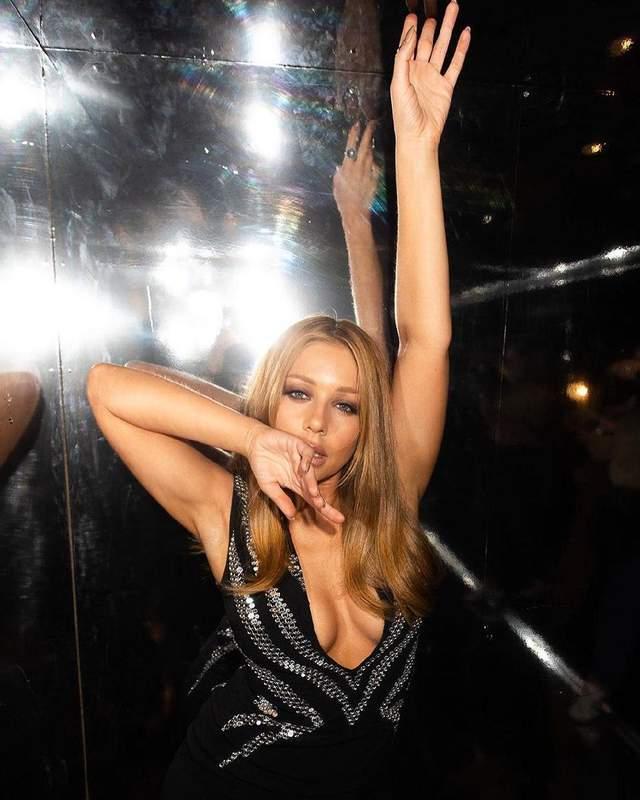 Співачка постала на шоу в розкішній сукні