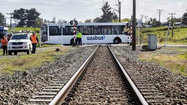 В Новой Зеландии не разминулись поезд и школьный автобус: есть пострадавшие и погибшие – фото