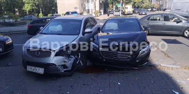 Пошкоджені автівки, люди не постраждали