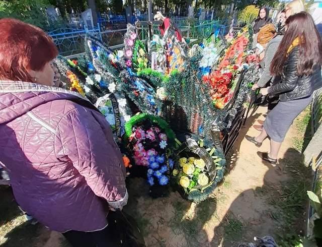 Люди зібрались біля могили Вихора під Гомелем