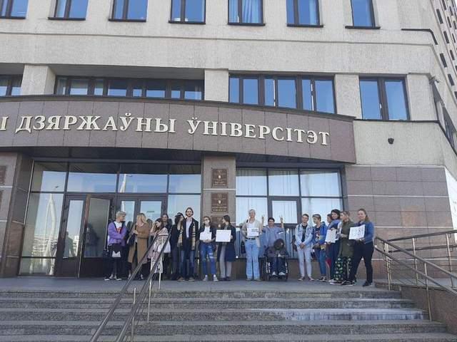Акція солідарності біля університету у Мінську