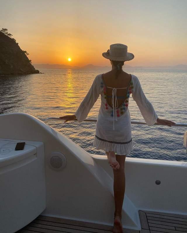 На фоне бескрайнего моря: Катя Осадчая показала закат – волшебные кадры