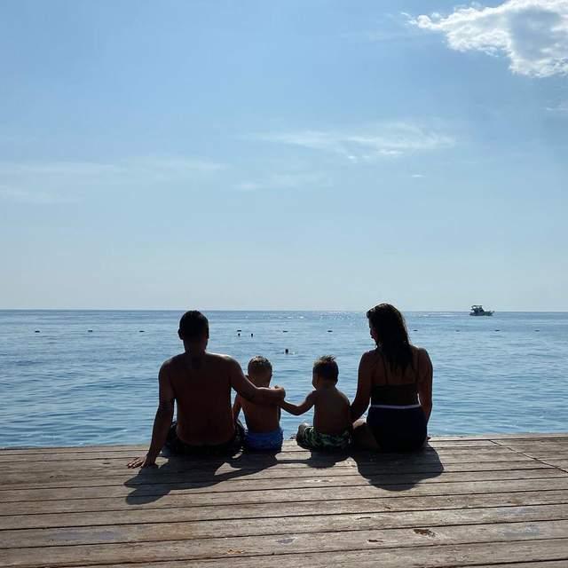 На фоне безбрежного моря: Монатик показал семейное фото с отдыха в Турции