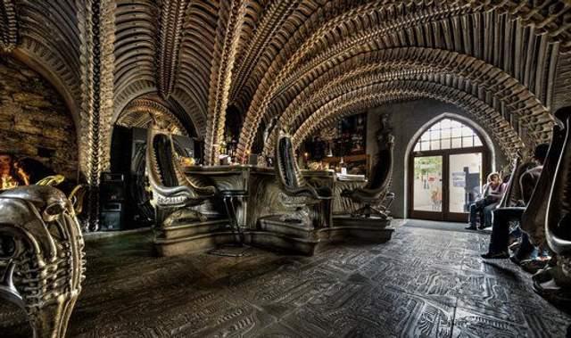 Человеческие скелеты и Чужой: фото интерьера самых жутких баров в мире
