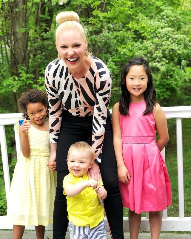 Кетрін Гейгл з доньками і сином