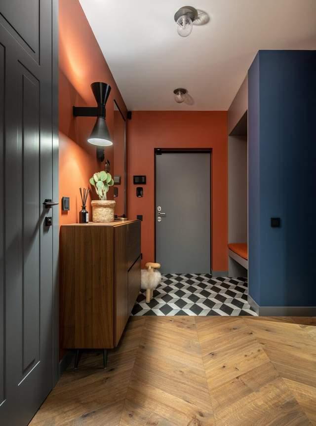 Контрастний коридор справляє перше враження від квартири