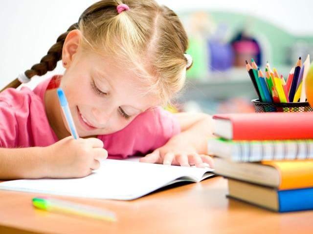 Дитина пише в зошиті