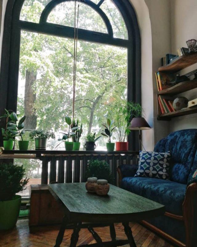 Большие окна прекрасно дополняют атмосферу
