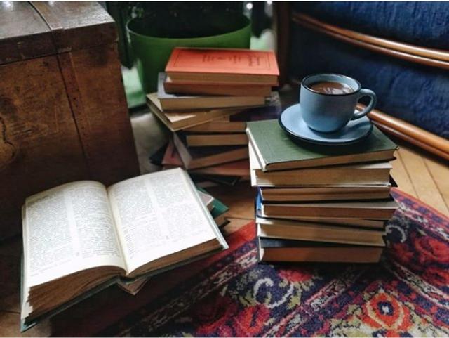 В заведении много книг, которые можно почитать во время кофепития
