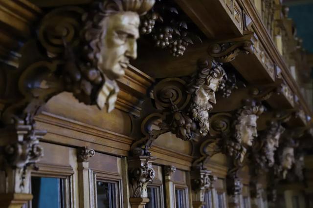 В отреставрированных шкафах будут хранить старинные книги