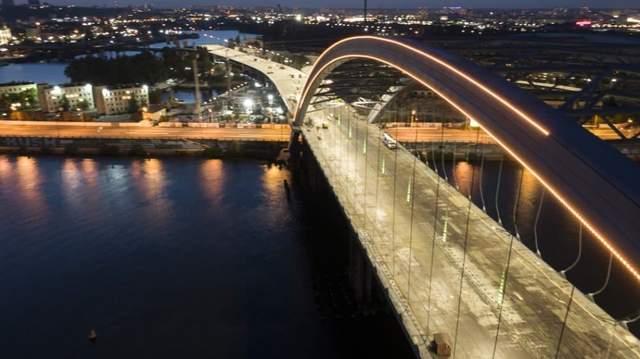 Подільський міст засяяв вночі
