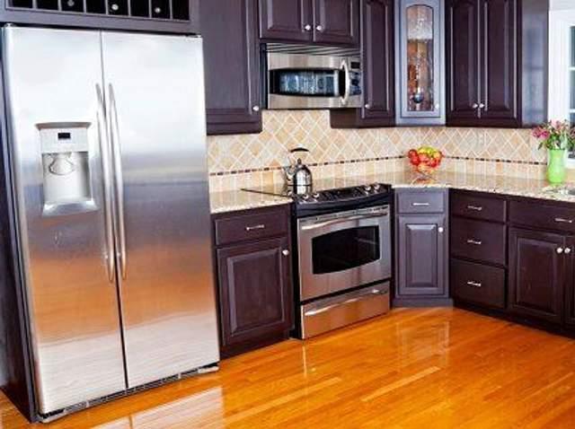 Огромный холодильник может испортить вид кухни