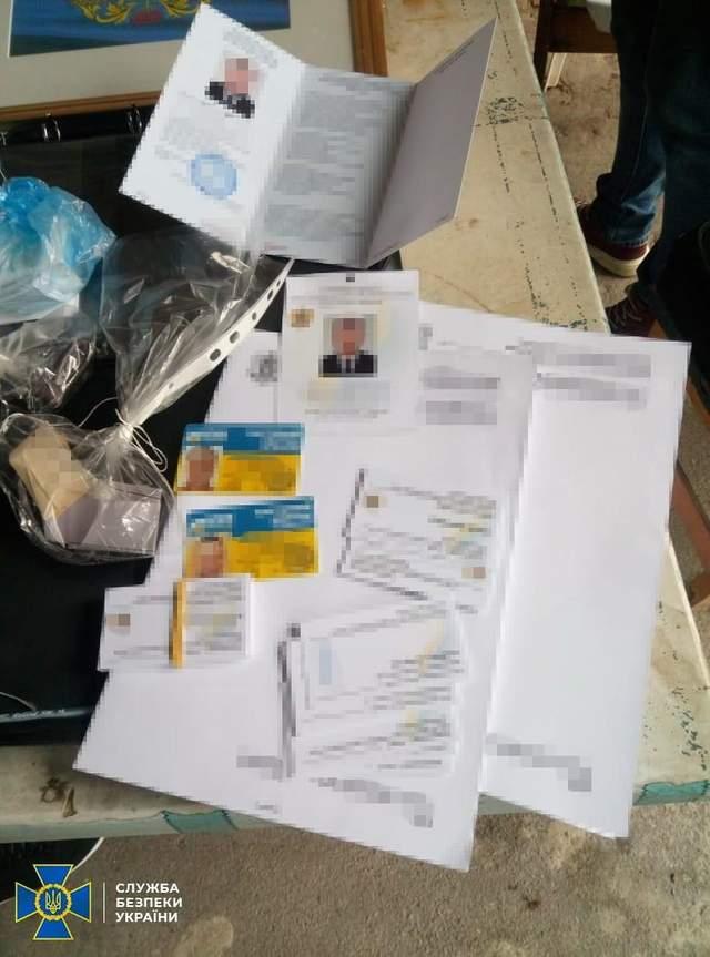 У членів угрупування знайшли фейкові документи / Фото пресслужби СБУ