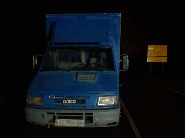 За 500 метрів до лінії держрубежу прикордонники зупинили вантажівку, у якій везли контрабанду