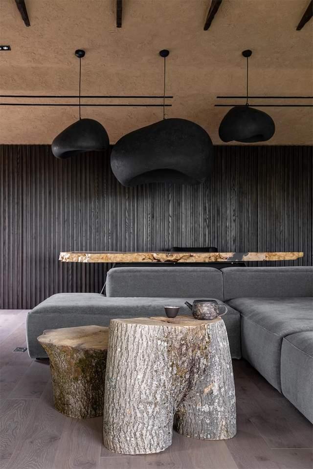Столики зроблені із необроблених дерев'яних пнів