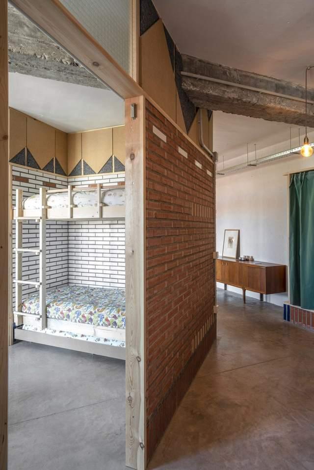 Жилые помещения расположены по периметру старой мастерской