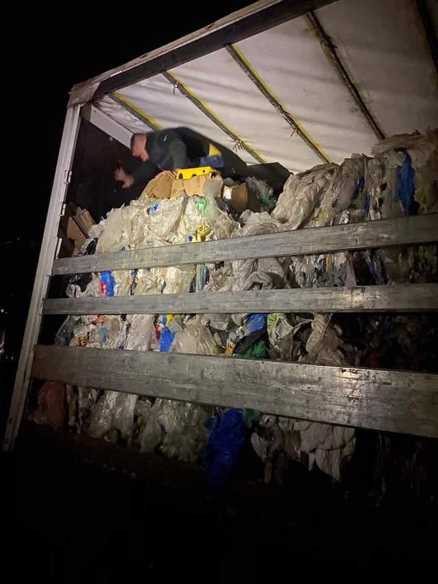 Віз 360 кілограмів сиру у смітті: на Львівщині митники затримали контрабандиста