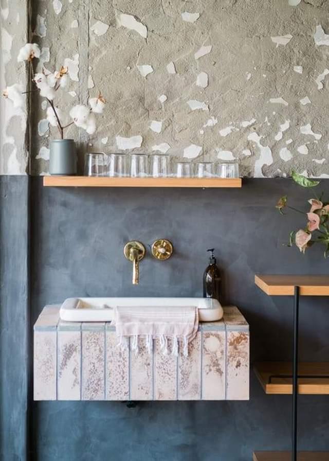Керамическая раковина более уместна в ванной комнате
