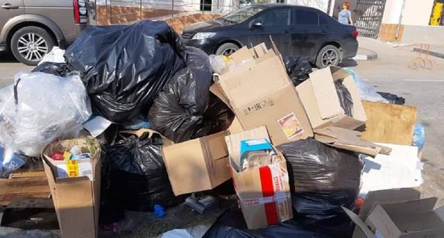 Центральні вулиці Керчі заполонили гори побутового сміття