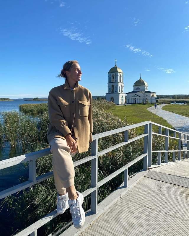 Катя Осадча поблизу Затопленої церкви