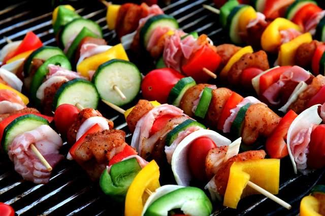 овочі та бекон