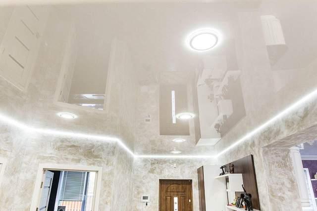 Матовый потолок выглядит современнее
