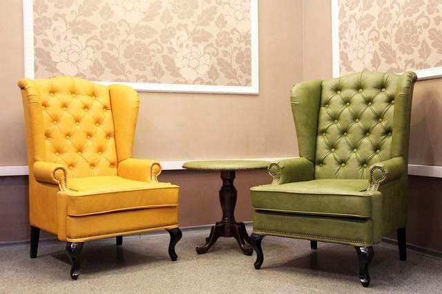 Приземлені крісла в класичному інтер'єрі виглядають дуже стильно