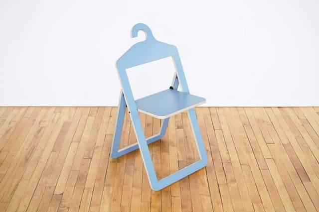 Такий стілець можна повішати в шафу, а на нього - верхній одяг