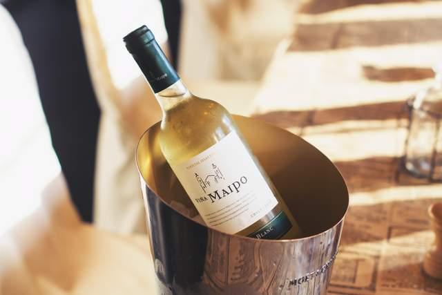 Краще охолодити вино до потрібної температури, перш ніж подавати його до столу