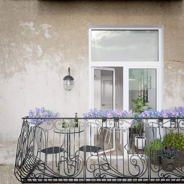 В квартире есть уютный балкон с видом на зеленую зону
