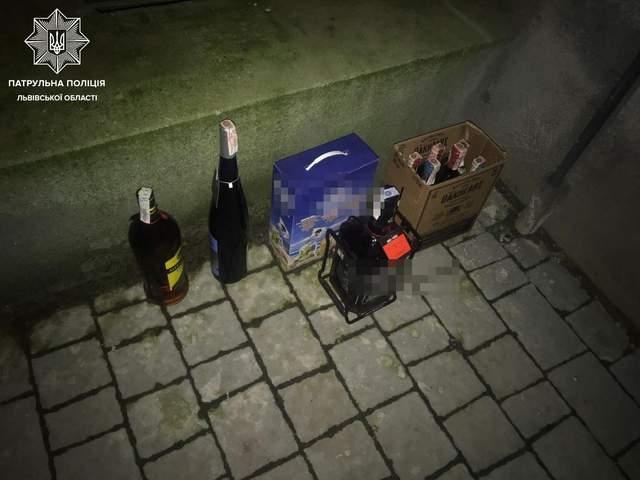 У Львові 19-річні хлопці обікрали магазин: брали лише алкоголь – фото