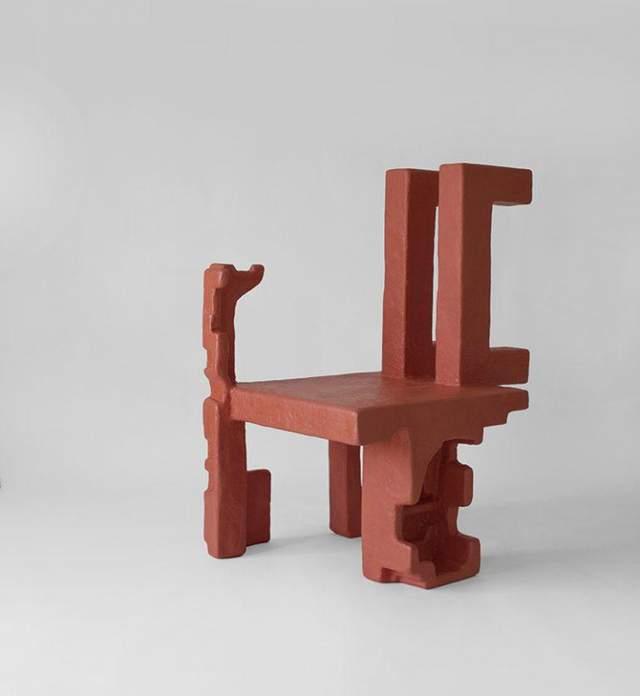 Формы стульев весьма причудливые