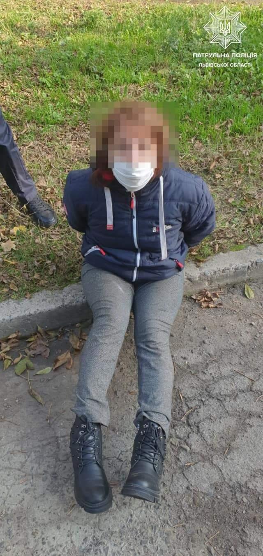 У Львові п'яна жінка погрожувала перехожим зброєю і стріляла в небо – фото