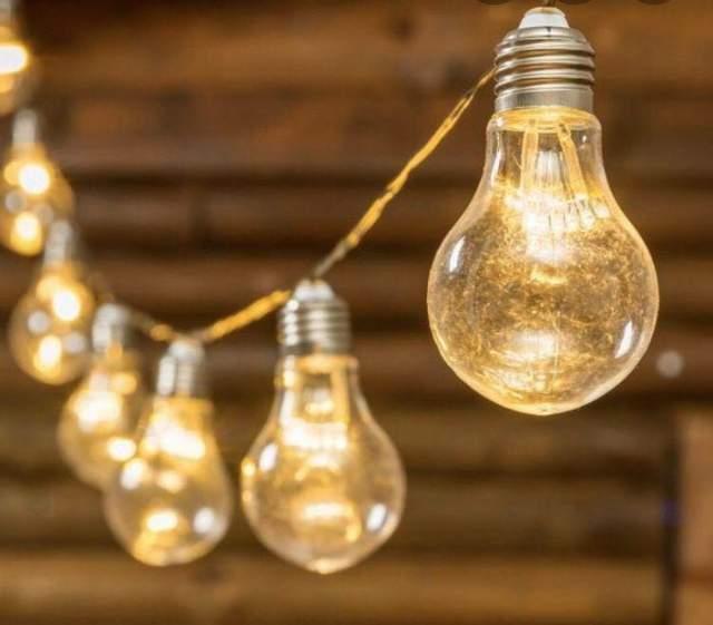 Гірлянда з лампочками додасть атмосфери будь-якому святу