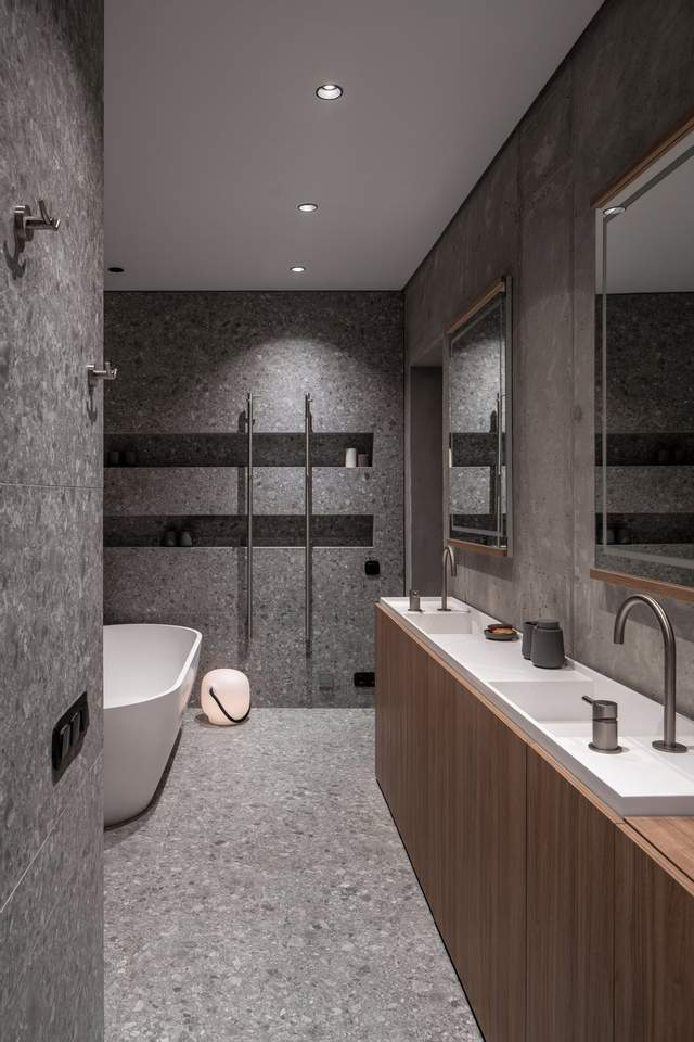 Ванну кімнату оздобили у темно-сірих відтінках