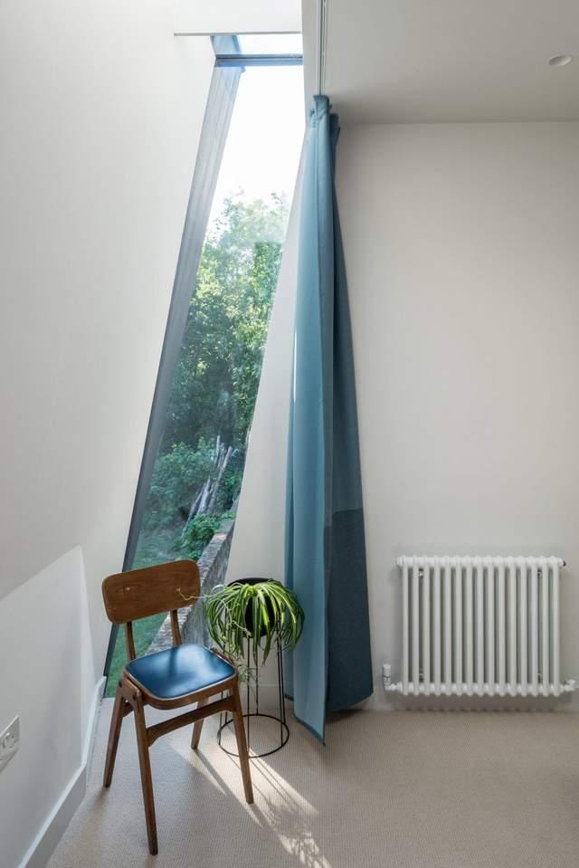 Скошений дах дає змогу експериментувати з формою вікон