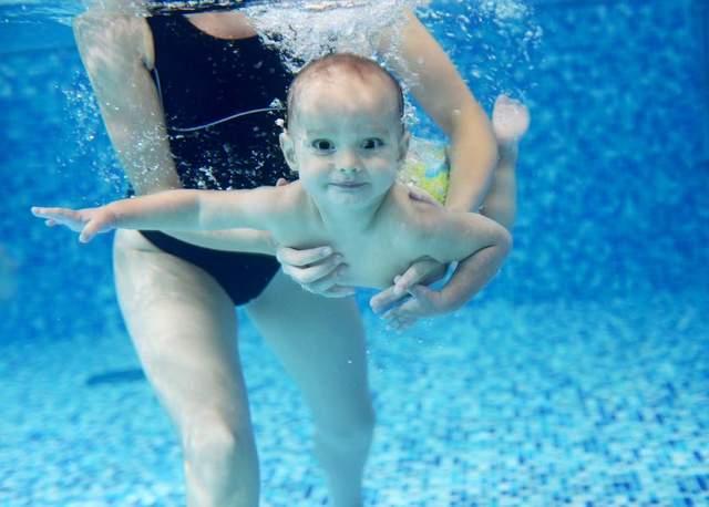 Приучать младенцев к воде можно с раннего возраста